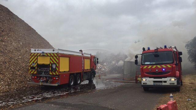 Le feu a pris dans un tas de 3000 mètres cube de bois broyé
