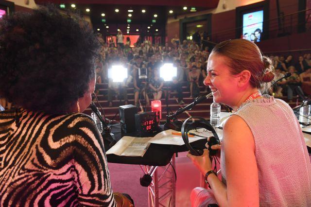 Oumou Sangaré et Charline Vanhoenacker en direct sur la scène de l'Olympia