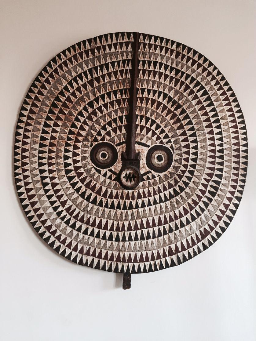 Dans le salon d'Hélène, une sculpture du Burkina Fasso pour favoriser la richesse, la fertilité, l'abondance