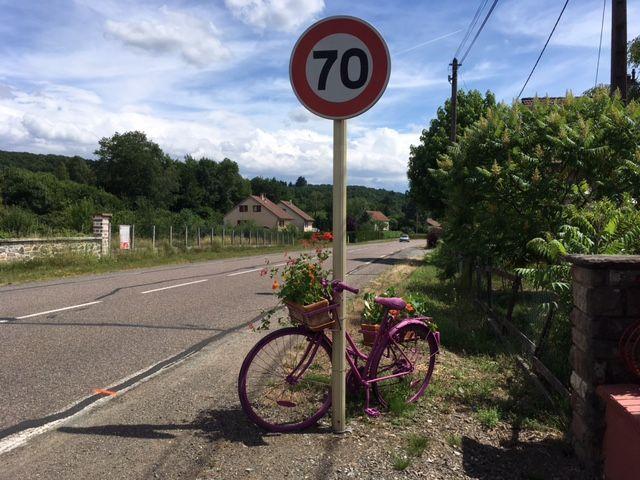 Dans le village de Plancher Bas les vélos au bord des routes ont été peints en mauve