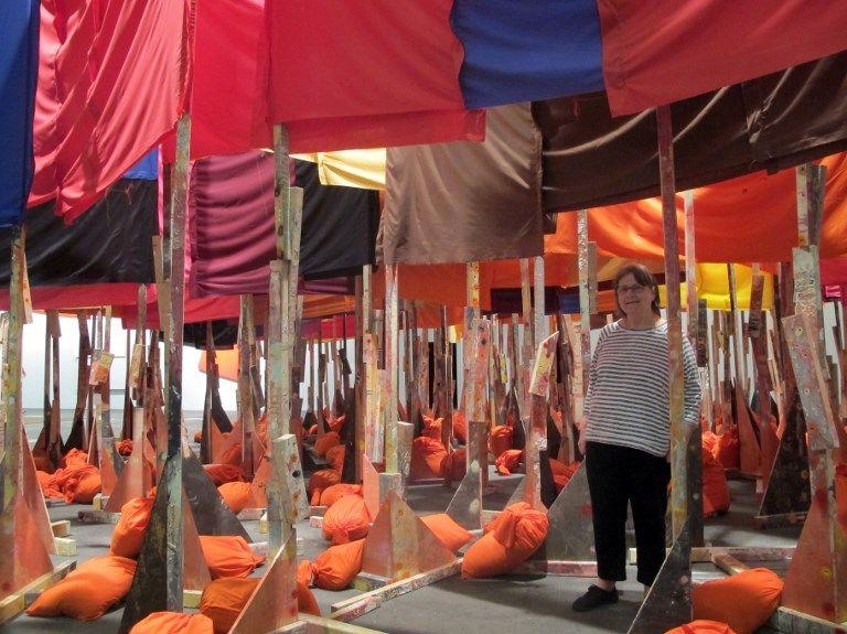 """L'artiste britannique Phyllida Barlow dans son installation """"100 flags"""" dans l'espace Unlimited : les drapeaux sans explication ni référence sont si rapprochés que les visiteurs peinent à se déplacer parmi eux. 12 juin 2017."""