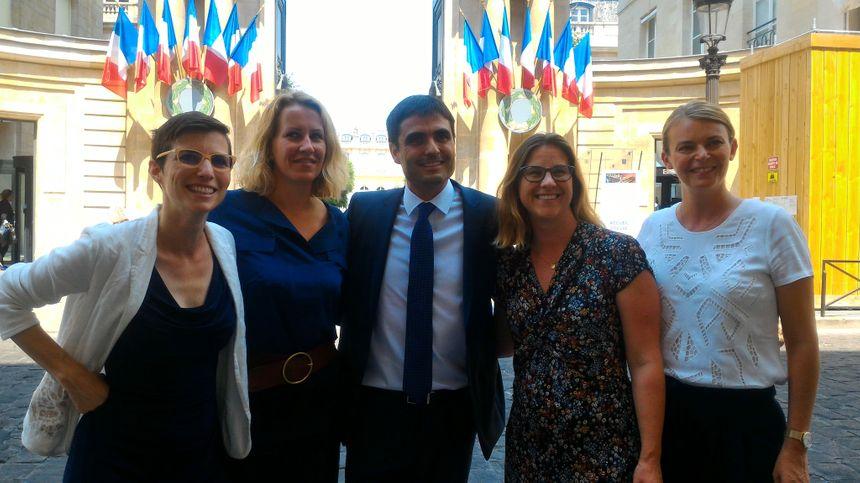 Pose devant l'entrée de l'Assemblée avec Élodie Jacquier-Laforge, députée MoDem de l'Isère (à droite).