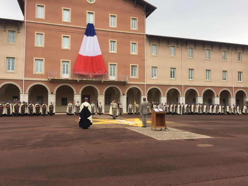 Le colonel François-Xavier Heon salue son prédécesseur le colonel Maxime Don Tran et le chef du commandement sur la place d'armes du régiment