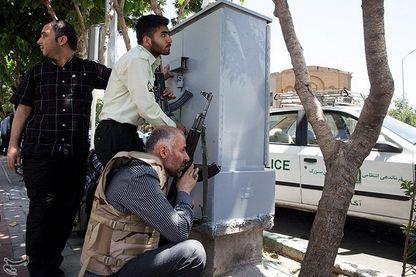 Les membres des forces iraniennes en embuscade alors que le parlement iranien est attaqué par le groupe Etat Islamique au centre de Téhéran