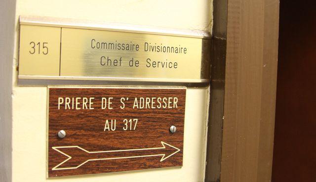 Le bureau du commissaire c'est par là -->