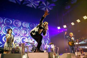 Arcade Fire sur scène en 2014 (au premier plan, Win Butler)