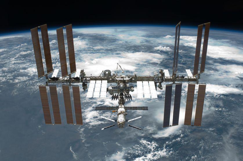 La station se déplace autour de la Terre sur une orbite basse à une altitude comprise entre 360 et 400 kilomètres et fait le tour de notre planète en 90 minutes. Sa vitesse moyenne est de 27 600 km/h (soit 7,66 km/s)