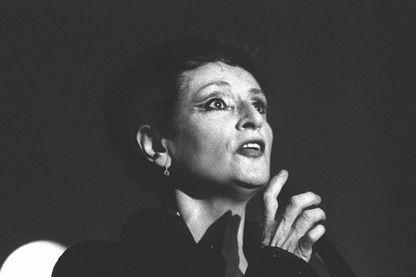 Barbara, lors d'un tour de chant au TNP place du Châtelet à Paris, le 19 septembre 1987