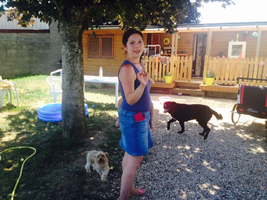 Chez Raphaelle, les animaux se promènent en liberté dans le jardin et dans la maison.