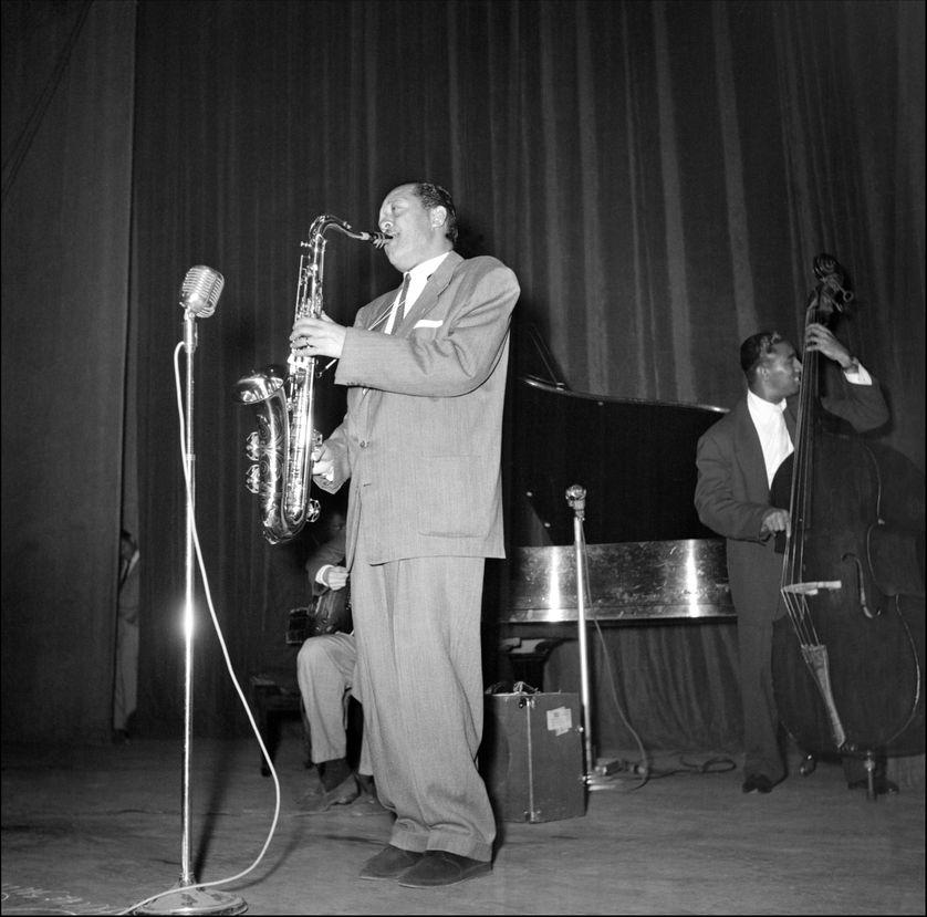 """Photo non datée du saxophoniste ténor américain Lester Young . Surnommé """"Prez"""", il a créé un style d'improvisation qui a jeté la plupart des bases formant la structure du solo dans le jazz moderne."""