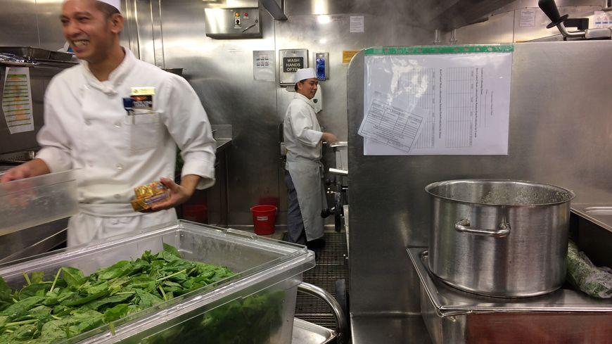 Plus de cent cuisiniers travaillent à bord