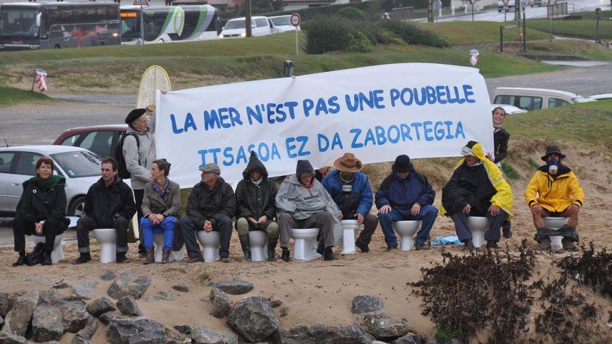il y a un an, une manifestation du CADE contre une porte à clapet censée stoppée la pollution de l'Uhabia