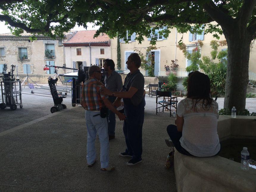 Édouard Baer et Benoît Poelvoorde prennent le temps de discuter avec les habitants et de leur serrer la main.