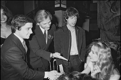 Le directeur du club de nuit Le Palace, Fabrice Emaer, avec Thierry Le Luron, Mick Jagger et Jerry Hall en 1980