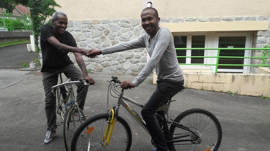 Mohamed et Yasin, deux migrants hébergés à Limoges, ont reçu des vélos remis en état.