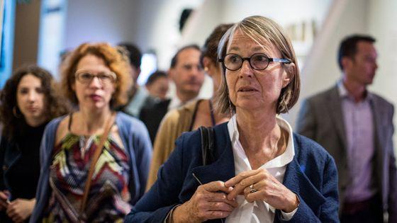 Françoise Nyssen, ministre de la Culture, en déplacement à Marseille. En arrière-plan à gauche, Claire Guillemain, conseillère spectacle vivant