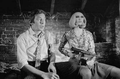 """Serge Gainsbourg et Brigitte Bardot sur le plateau télé """"Spéciale Bardot"""" avec le titre """"Bonnie and Clyde"""" - 1967"""