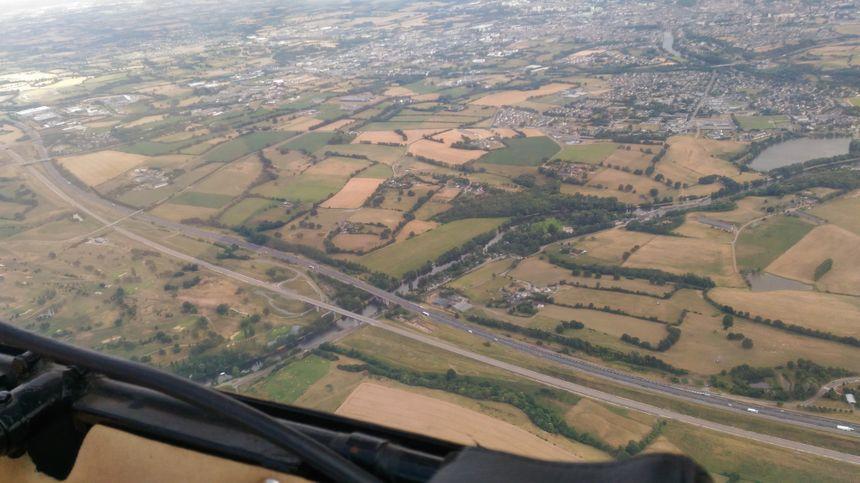 La route plus foncée, la LGV juste en bas à travers les terrains