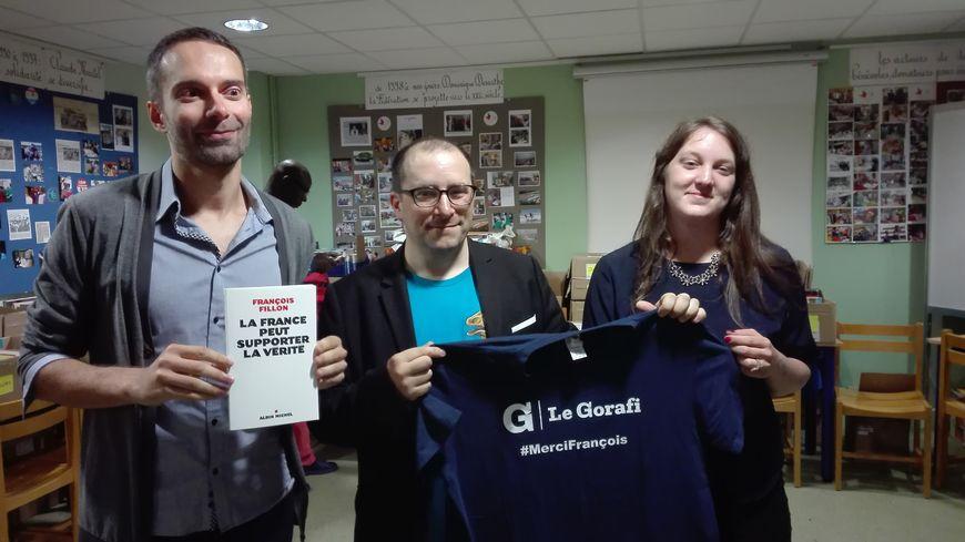 L'équipe du Gorafi a reçu un exemplaire du livre de François Fillon, dédicacé par les bénéficiaires sarthois de la cagnotte