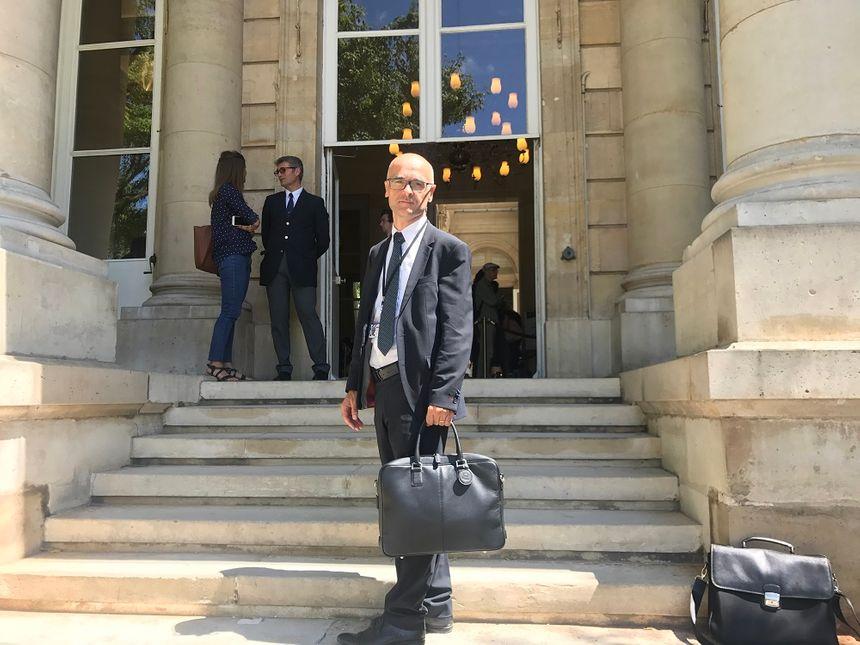Xavier Roseren (6e circonscription de la Haute-Savoie) pose à l'entrée de la salle des Quatre Colonnes avec sa malette du parlementaire.