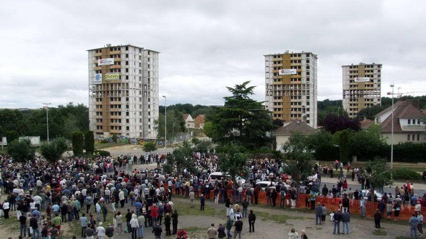 Le 30 juin 2007, la foule rassemblée avant la destruction des tours.
