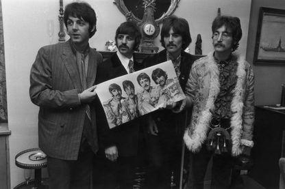 """Les Beatles présentent leur album """"Sergent Pepper's Lonely Hearts Club Band"""" le 19 mai 1967"""