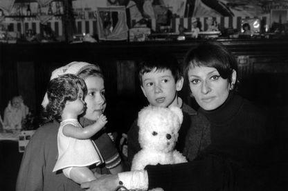 La chanteuse Barbara collecte des jouets pour les enfants pauvres - 19 décembre 1968