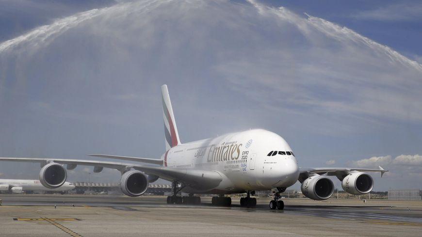 Emirates d ploie les avions g ants a380 d 39 airbus sur l for Avion airbus a380 interieur