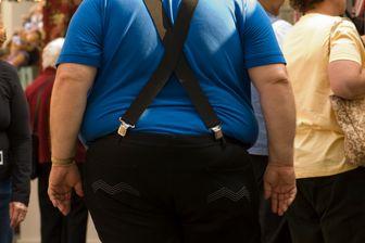 Personne obèse marchant dans la rue