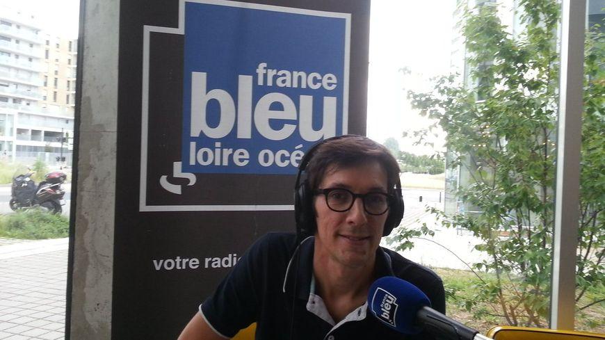 Antoine Denéchère, lors de l'émission sur les législatives, depuis le bar Les Brassés, à Nantes