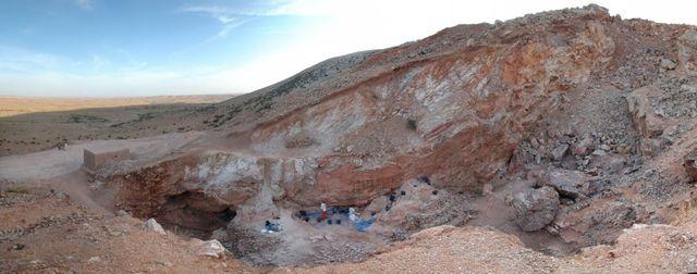 Sud du site Jebel Irhoud (Maroc) avec le chantier de fouilles archéologiques au centre. Au moment où le site était occupé par les premiers hominidés, il aurait été une grotte.