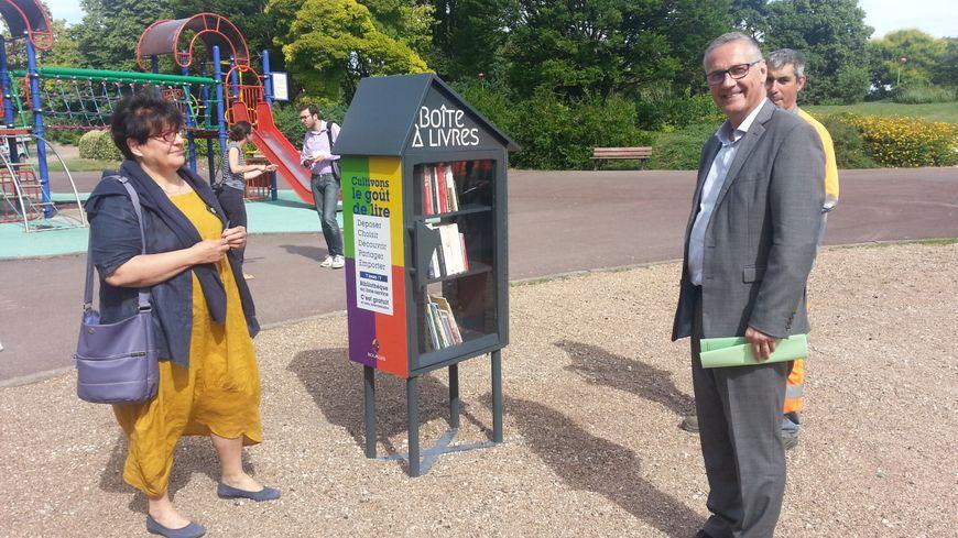 Colette Puyneige (directrice des bibliothèques de Bourges) et Pascal Blanc, maire, devant la boite à livres du jardin paysager des Gibjoncs