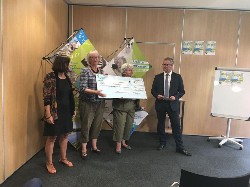 Les responsables de l'Association les Papillons Créatifs reçoivent un chèque de 750 euros pour leur prochaine fête solidaire en septembre prochain