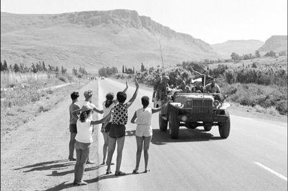 Des Israéliens saluent des militaires en juin 1967 - Gaza, territoires palestiens