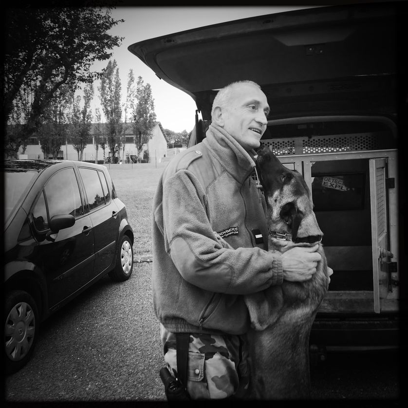 L'adjudant-chef Michaël Jouniaux et sa chienne Djera