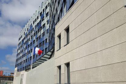 """La façade du """"Nouveau 36"""", inspirée d'une toile de Sisley, """"Vue du canal Saint-Martin"""", est à l'épreuve des balles."""