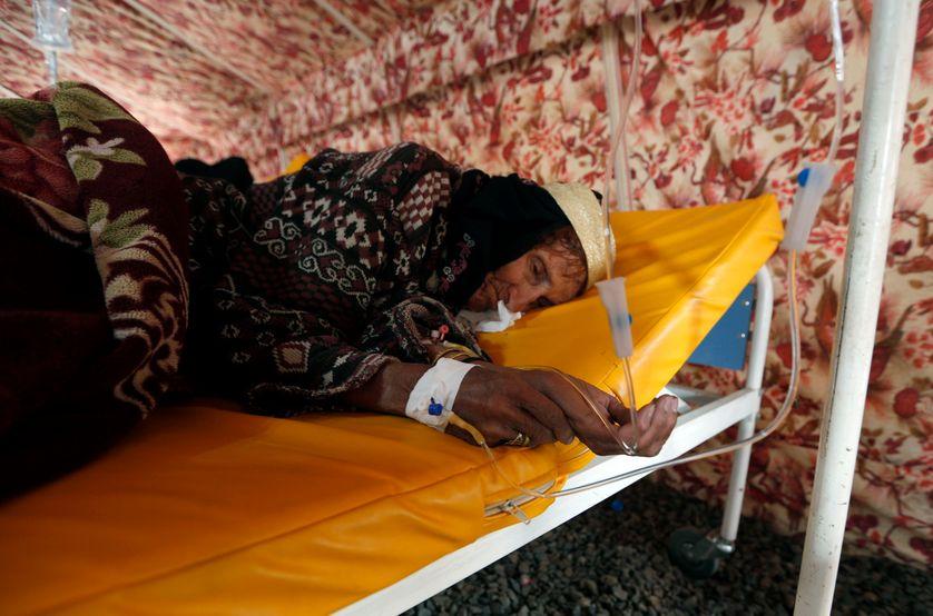 Au Yémen, une femme atteinte du choléra est prise en charge.