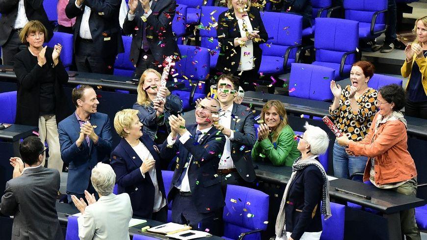 Les députés du parti écologiste ont célébré le vote du Parlement allemand pour le mariage gay avec des confettis.