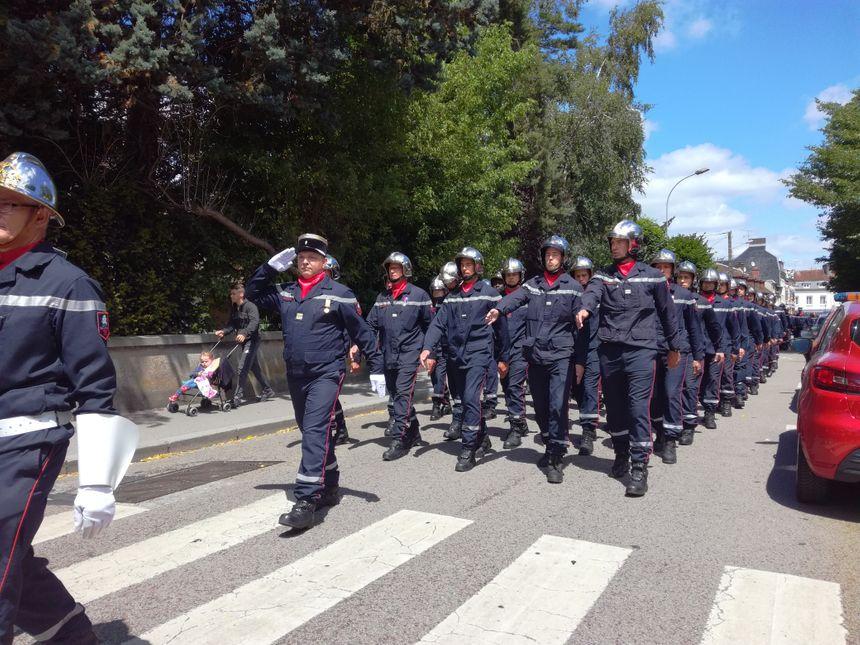 """Les """"Propulsés"""" défilent en chantant dans les rues de Gournay-en-Bray direction le centre d'incendie et de secours."""