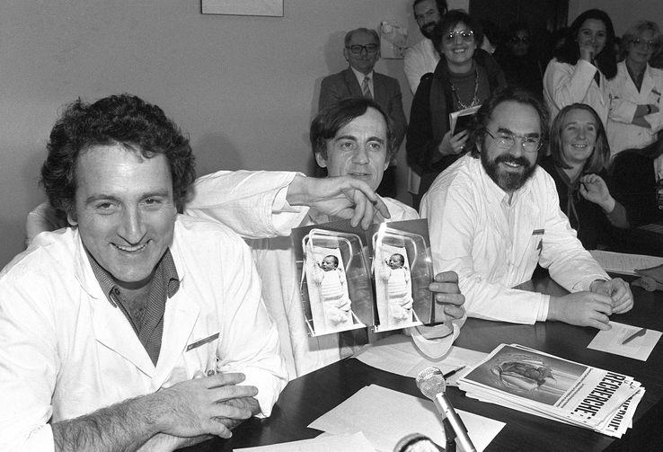 24 février 1982, à l'hôpital Antoine-Béclère, à Clamart, les docteurs René Frydman, Jacques Testart et Emile Papiernik montrent une photo d'Amandine, premier bébé éprouvette français