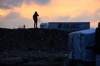 Les migrants attendent la tombée de la nuit pour tenter de monter dans les camions
