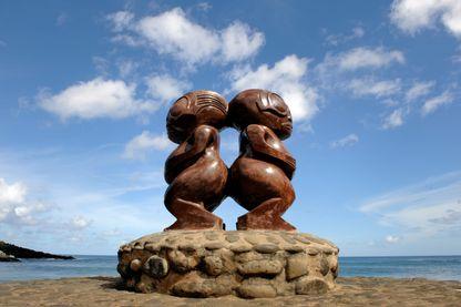 Statues en bois devant la baie d'Omoa sur l'île de Fatu Hiva dans les marquises.