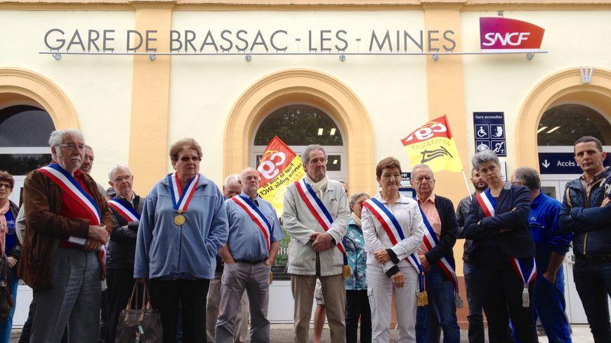 Elus et syndicats unis devant la gare