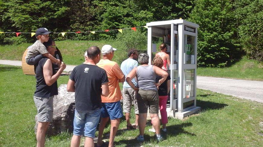 Une cabine téléphonique transformée en bibliothèque partagée à Saint-Agnan-en-Vercors.