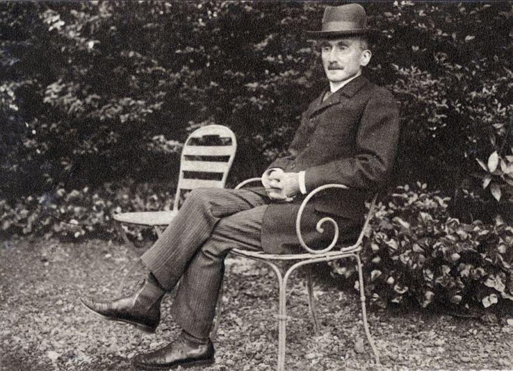 Henri Bergson dans son jardin