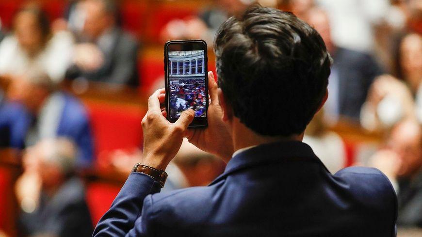 Les 577 députés de la XVe législature se sont retrouvés pour la première fois en séance dans l'hémicycle mardi.