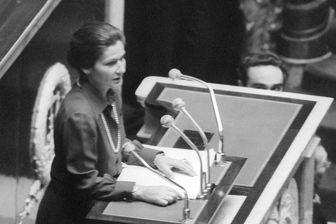 Simone Veil, ministre de la santé, en mai 1974 sous la présidence de Valéry Giscard d'Estaing, prononce un discours du 26 novembre 1974 demandant une loi autorisant l'avortement, à l'Assemblée Nationale.