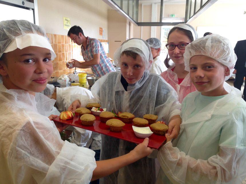 Baptiste, Aléna, Julie et Logan sont prêts à présenter leurs gâteaux au yaourt bio au jury