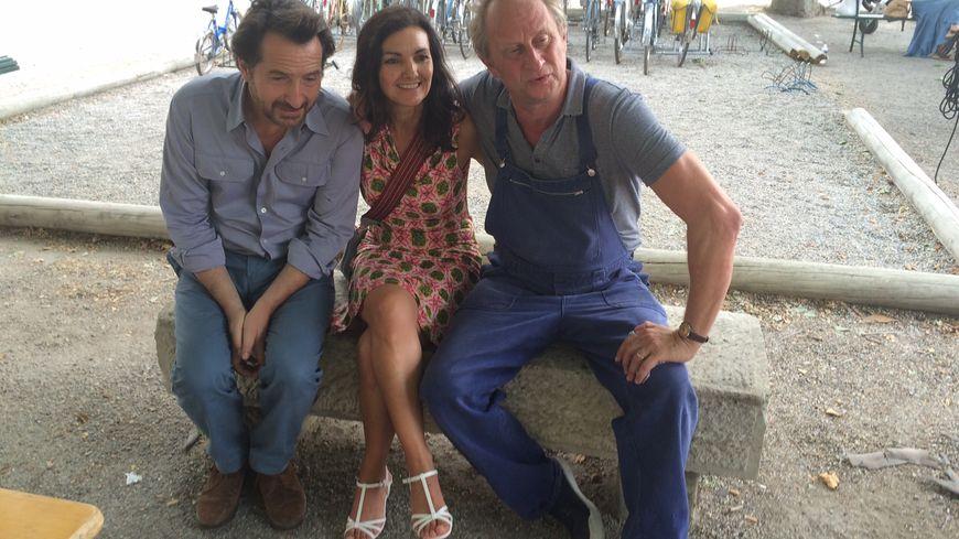 """Édouard Baer et Benoît Poelvoorde se prêtent au jeu des photos et des autographes sur le tournage de """"Raoul Taburin"""" à Venterol dans le Sud Drôme."""