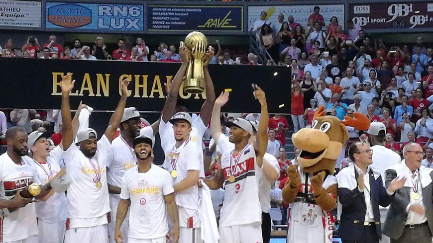 Les joueurs de l'Elan Chalon brandissent le trophée de Champion de France dans leur salle,  une immense joie!
